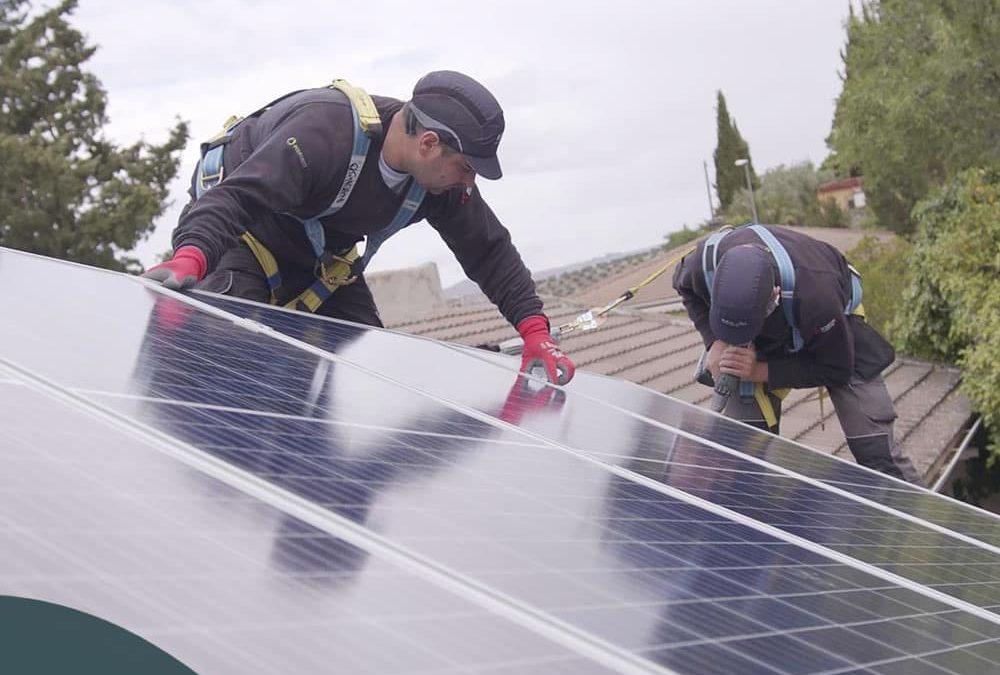 Equipo experto en instalación de energías renovables